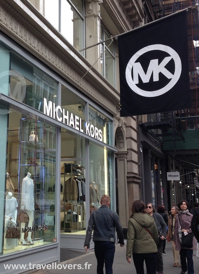 Michael Kors Outlet Home / Stores / Kate Spade New York / Michael Kors Recognized as one of America's pre-eminent designers of luxury sportswear and accessories, Michael Kors produces chic and sophisticated sportswear emblematic of the jet-set lifestyle.